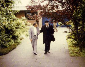 Linus Pauling mit seiner typischen Baskenmütze mit Hans Kuhn, der postdoctoral student bei Linus Pauling war, als dieser an der Aufdeckung der Eiweißstrukturen arbeitete.
