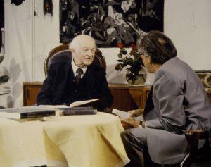 Linus Pauling und Hans Kuhn im Gespräch.
