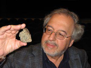 Fabio Pagan hält einen Mars-Meteoriten in der Han, der 1999 in der Sahara gefunden wurde und über zwei Milliarden Jahre alt ist. (C) Fabio Pagan