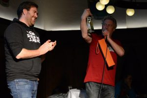 Gewinner: Der Bierschaumzauberer (li.) mit dem Moderator (c) Bayr. Ak. d. Wissenschaften