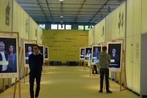 Auf Großbildschirmen sprechen Energiefachleute mit Besuchern (c) Goede