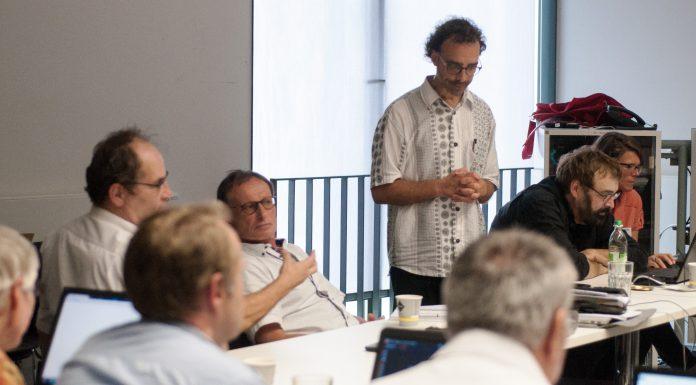 Aufmerksam & kritisch: Arno Kral und Wolfgang Goede löcherten Joachim Sauer mit Fachfragen (von links) . Foto: Peter Knoll