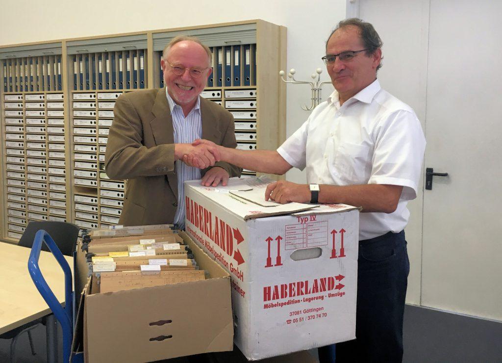 """TELI-Vorsitzender Arno Kral übergibt das """"Bormann-Archiv"""" an Dr. Wilhelm Füßl, Chef-Archivar des Deutschen Museum München. (c) Arno Kral"""