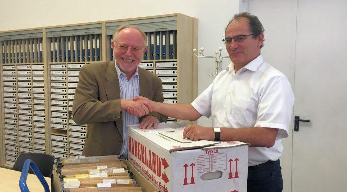 """TELI-Vorsitzender Arno Kral übergibt das """"Bormann-Archivs"""" an Dr. Wilhelm Füßl, Chef-Archivar des Deutschen Museum München."""