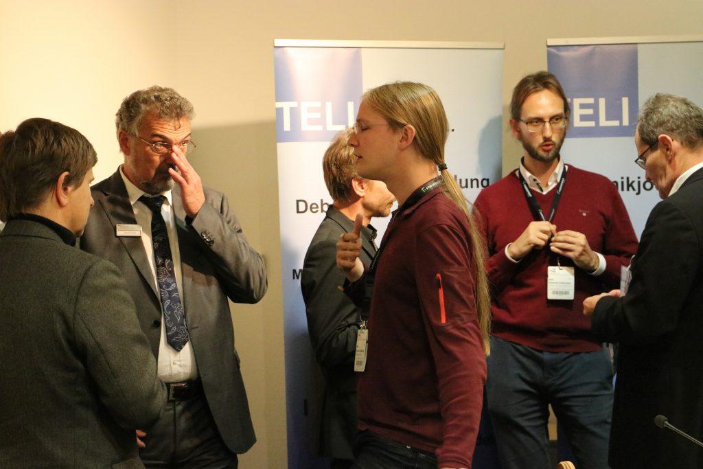 Im Anschluss an die Podiumsdiskussion schlossen sich spannende Gespräche an. Foto: Nina Eichinger