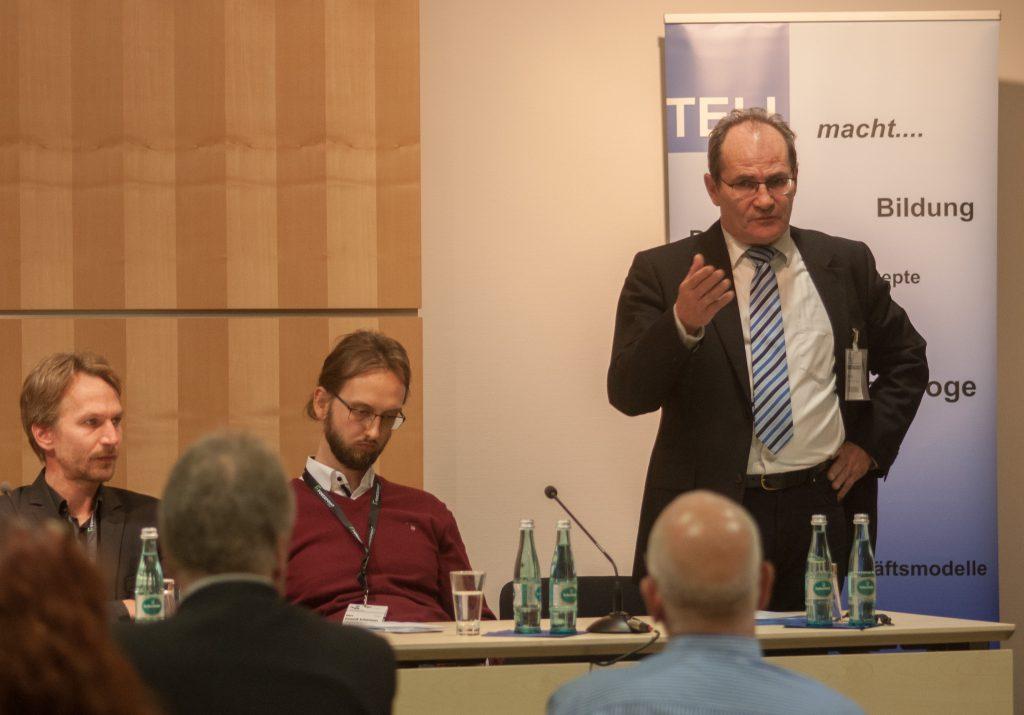 """Arno Kral, Vorsitzender der TELI, leitete die Podiumsdiskussion """"Alles unter Kontrolle"""" mit aktuellen Beispielen ein. Foto: Peter Knoll"""