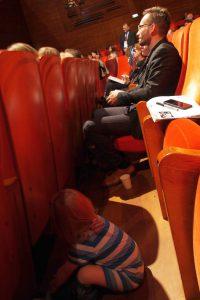 Aufmerksames Publikum, forschender Nachwuchs (Bild: Dörte Sasse)