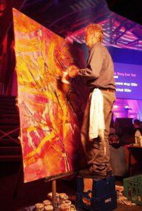 Vortrag/Show von Lawrence Krauss: Ein Künstler aus Christiania malt parallel das Gemälde zur Show (Bild: Dörte Sasse)