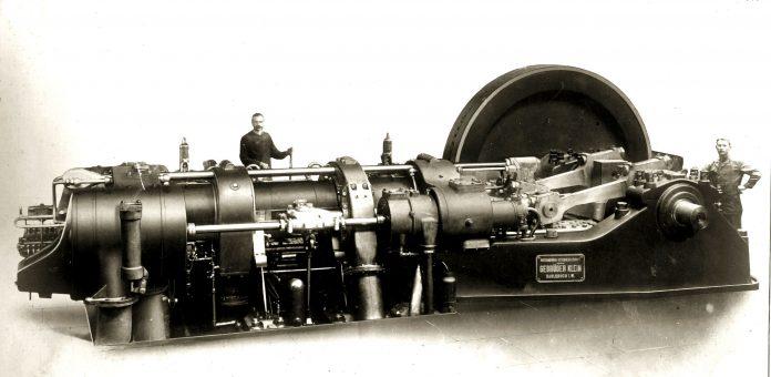Zwischen dem ersten Gegenkolben-Versuchsmotor von v. Oechelhaeuser und Junkers und den Entwicklungen der Achates Power Inc. liegen 125 Jahre. Der hier gezeigte Großmotor von 1911 konnte eine Leistung von 550 bis 735 kW abgeben.