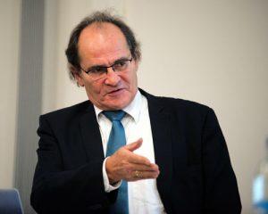 Routiniert: Arno Kral, 1. Vorsitzender der TELI, moderiert die Diskussion.